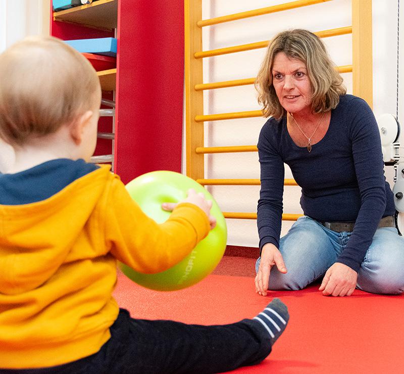 Physiotherapeutin mit Kleinkind - Praxis Allery für Logopädie und Physiotherapie in Hamm.