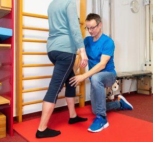 Physiotherapeut mit Patientin - Praxis Allery für Logopädie und Physiotherapie in Hamm.