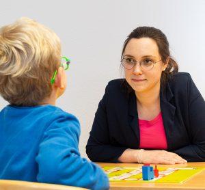 Logopädin mit Kind - Praxis Allery für Logopädie und Physiotherapie in Hamm.