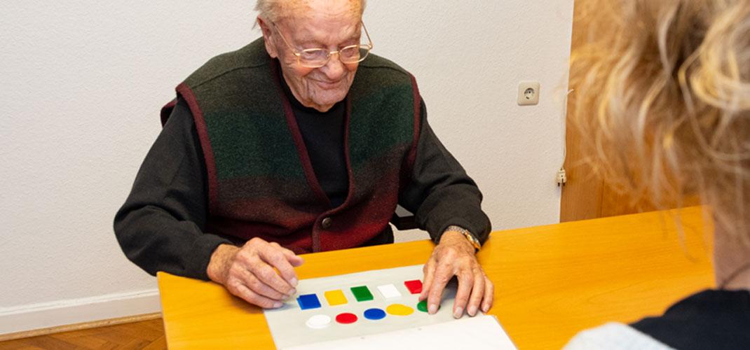 Logopädin mit Patienten - Praxis Allery für Logopädie und Physiotherapie in Hamm.